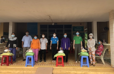 Hội LHPN Gò Dầu tặng quà cho người dân và học sinh xã Tân Hòa