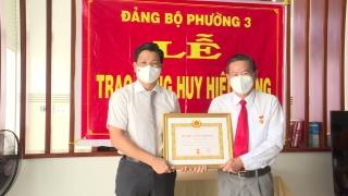 Trao huy hiệu 40 tuổi Đảng cho nguyên Trưởng Ban Nội chính Tỉnh uỷ