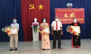 Hòa Thành: Trao Huy hiệu 50 và 30 tuổi Đảng