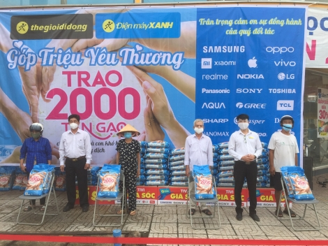 Tặng 200 phần quà cho người dân trên địa bàn thị xã Hòa Thành