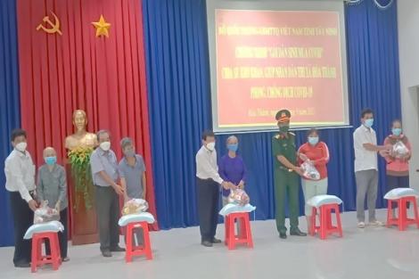 Chủ tịch UB.MTTQ Việt Nam tỉnh trao quà cho hộ khó khăn tại thị xã Hòa Thành