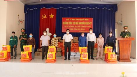 Phó Bí thư Tỉnh ủy Nguyễn Mạnh Hùng: Trao quà của Bộ Quốc phòng cho người dân Gò Dầu
