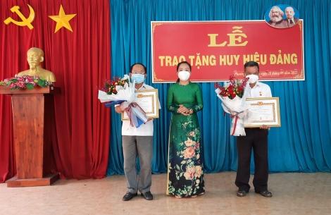 Thành ủy Tây Ninh: Trao Huy hiệu Đảng cho đảng viên ở phường Hiệp Ninh và xã Thạnh Tân