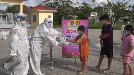 Tổ chức tặng quà trung thu cho các em thiếu nhi trong khu cách ly, khu phong tỏa
