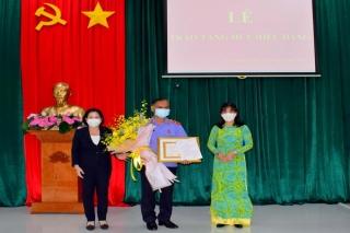 Viện trưởng Viện KSND tỉnh nhận Huy hiệu 30 năm tuổi Đảng