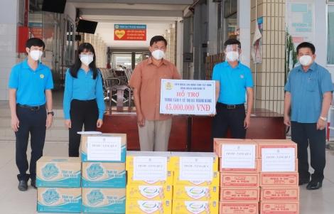 Tặng quà lực lượng phòng, chống dịch tại Trung tâm y tế thị xã Trảng Bàng