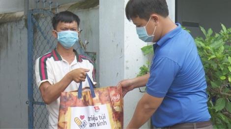 Tặng quà cho người dân có hoàn cảnh khó khăn và trẻ em khuyết tật