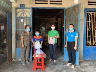 Hội Liên hiệp Phụ nữ xã Phước Minh: Trao quà cho học sinh nghèo, khó khăn