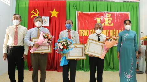 Gò Dầu trao tặng huy hiệu 60, 50, 45 và 30 năm tuổi đảng