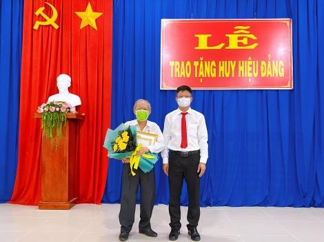 Thành ủy Tây Ninh: Trao Huy hiệu Đảng cho đảng viên Đảng bộ Phường IV và phường Ninh Thạnh