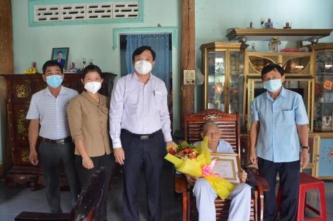 Trao tặng huy hiệu 60 năm tuổi Đảng cho đảng viên xã Tân Phú
