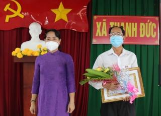 Nguyên Phó Hiệu trưởng Trường Chính trị tỉnh nhận Huy hiệu 40 tuổi Đảng