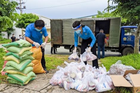 Tặng quà cho công nhân lao động khó khăn tại khu lưu trú công nhân