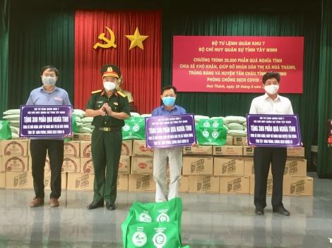 Tặng 1.000 phần quà cho người dân thị xã Hòa Thành, Trảng Bàng và huyện Tân Châu