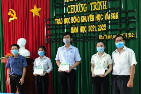 Trường THPT Nguyễn Chí Thanh trao học bổng khuyến học