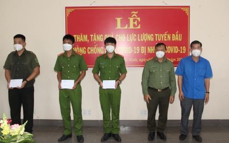 Hỗ trợ các lực lượng trong hệ thống chính trị trực tiếp tham gia công tác phòng, chống dịch bị nhiễm Covid-19