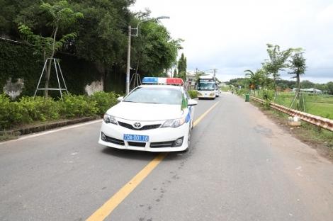 Cảnh sát giao thông Tây Ninh: Dẫn đường đưa đoàn người dân các tỉnh về quê