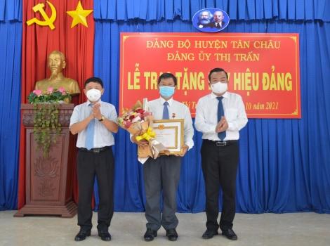 Phó Bí thư thường trực Tỉnh uỷ trao Huy hiệu 45 năm tuổi Đảng  tại Tân Châu