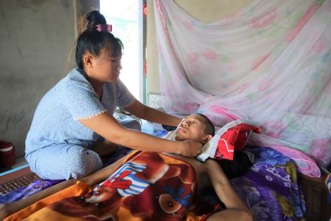 Xin giúp đỡ cô gái trẻ chăm cả nhà bệnh tật