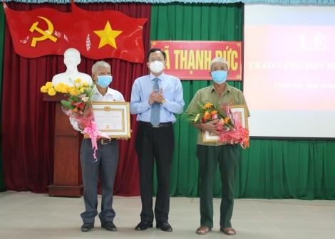 Huyện ủy Gò Dầu trao Huy hiệu 40 và 30 năm tuổi Đảng