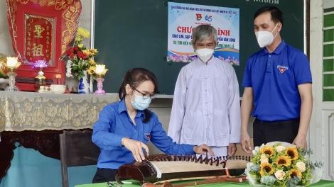 Đoàn viên, thanh niên Hoà Thành tìm hiểu về nhạc cụ dân tộc trong nhạc lễ đạo Cao Đài