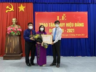 Nguyên Chủ tịch UBND tỉnh Nguyễn Thị Thu Thủy nhận Huy hiệu 40 năm tuổi Đảng