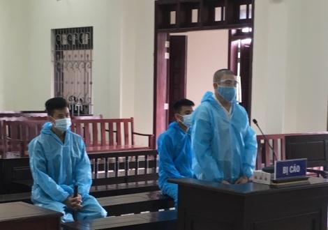 Giết người và tàng  trữ, sử dụng trái phép vũ khí quân dụng, một bị cáo lãnh án 12 năm tù