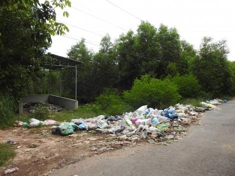Xã Tân Phong (huyện Tân Biên): Rác bị vứt bừa bãi gây ô nhiễm môi trường