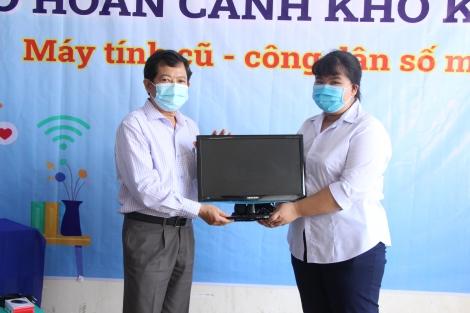 Trao tặng máy vi tính cho học sinh có hoàn cảnh khó khăn