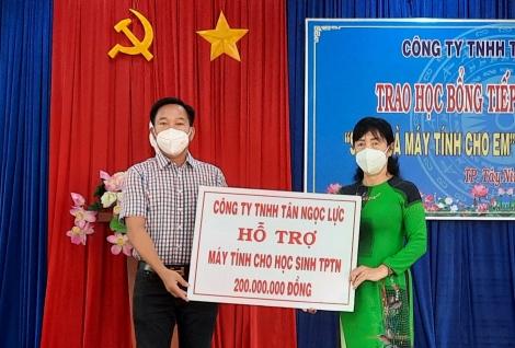Công ty TNHH Tân Ngọc Lực tặng máy tính và học bổng cho học sinh thành phố Tây Ninh