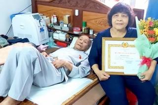 Nguyên Trưởng ban Tổ chức chính quyền tỉnh Hồ Nguyên Soái nhận Huy hiệu 60 năm tuổi Đảng