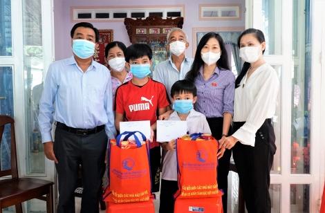 Thăm, tặng quà cho trẻ em có cha, mẹ tử vong do nhiễm Covid-19