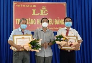 Trao Huy hiệu Đảng cho 4 đảng viên tại Thị trấn