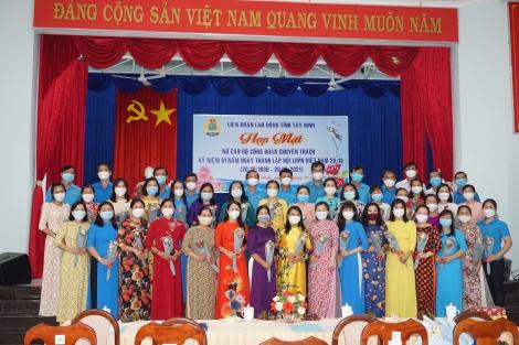 Liên đoàn Lao động tỉnh: Họp mặt nữ cán bộ Công đoàn chuyên trách nhân kỷ niệm Ngày Phụ nữ Việt Nam 20.10