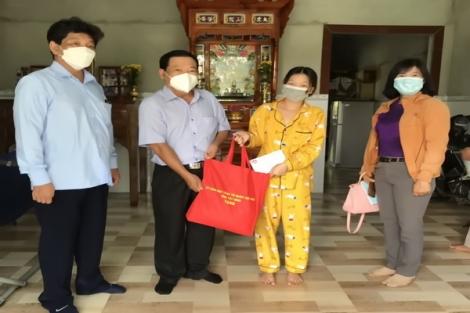 Chủ tịch UB.MTTQVN tỉnh: Thăm, tặng quà các gia đình khó khăn có người mất do dịch bệnh Covid-19