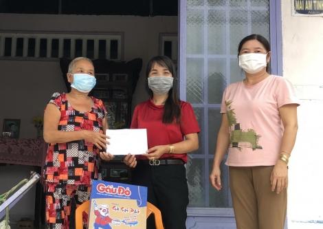 Hội LHPN xã Trường Đông: Tổ chức họp mặt và tặng quà cho người dân khó khăn