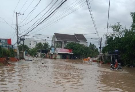 Giao lộ Nguyễn Văn Rốp – Lộ Chánh môn A – Huỳnh Công Giản ngập cục bộ