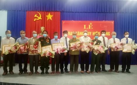 Trảng Bàng: Trao Huy hiệu Đảng cho 10 đảng viên tại phường An Tịnh