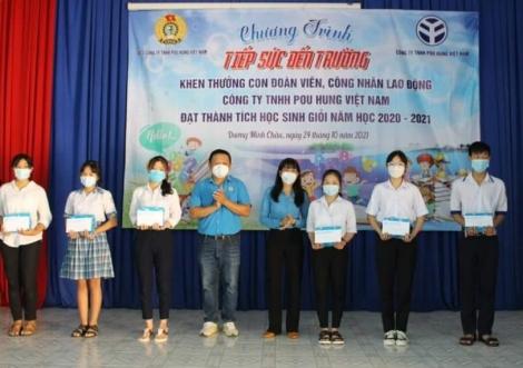 Công đoàn cơ sở Công ty TNHH Pou Hung Việt Nam: Trao 1.317 suất quà cho con công nhân