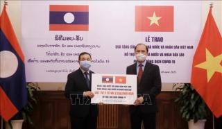 Việt Nam hỗ trợ Lào ứng phó dịch Covid-19