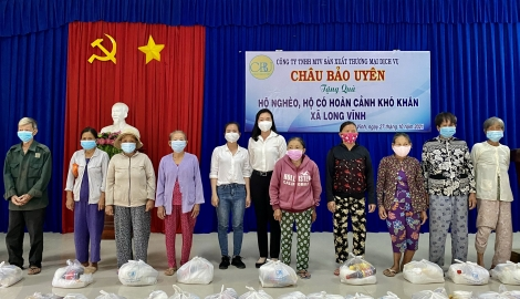 Châu Thành: Trao tặng 300 phần quà cho người nghèo